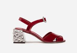 2019 zapatos de charol rojo tacón grueso 2018 nuevas mujeres de la llegada sandalias rojas charol tacones altos zapatos de boda fornido talón de cristal damas zapatos de fiesta de diamantes sandalias de época zapatos de charol rojo tacón grueso baratos