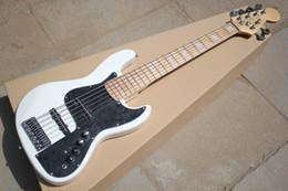 Белый пикап онлайн-Горячая распродажа! Белая электрическая бас-гитара с черной накладкой, Кленовый гриф, 6 строк, 22 Лады, хром аппаратные средства, могут быть настроены