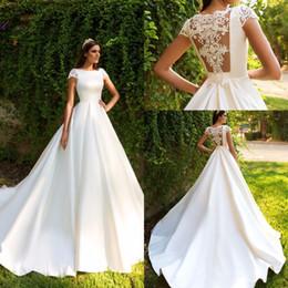 Tapa del barco online-Escote barco una línea de vestidos de novia 2019 rebordear cristales mangas casquillo Sheer Volver vestidos de novia por encargo