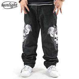 Jeans de hip hop tamaño 44 online-Famosa marca de hombre negro Hip Hop Baggy Jeans hombres Denim monopatín suelto con estampado de cráneo Emboridery Harem Pantalones de gran tamaño 44