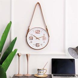 Horloges à la mode en Ligne-Creative Moderne Ceinture Horloge Murale Vogue Rose Or Horloge En Verre Décoration En Plastique Hangong Chambre Mute Quartz