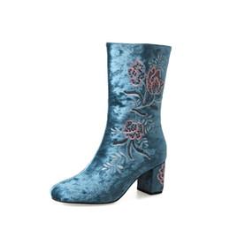 Fleur talons chaussures vintage en Ligne-2018 dernières femmes bottes mi-mollet broderie fleur glissement sur talons carrés bottes vintage femme chinois rétro coton chaussures botas