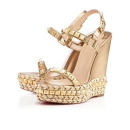 Nombres de zapatos de dama online-Zapatos de marca de marca de lujo para mujer Vestido de novia de tamaño 7.5 y 35 Sandalias Fondo rojo Remache Tacones altos Estación T para mujer Zapato de cuero genuino