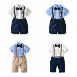 Traje de manga corta mono online-apuesto muchachos de los niños trajes conjuntos de trajes de moda de verano la moda conjunto camisa de manga corta blusa + overalls + tirantes + 4pcs / tie juego de ropa o