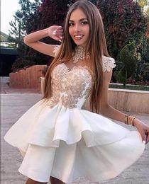 Белые атласные мини-юбки онлайн-Белый Атлас Короткие Платья Homecoming Пышные Юбки Высокая Шея Мини Коктейль Пром Платья С Кружевом Applqiue Короткие Белый Установлены Вечернее Платье