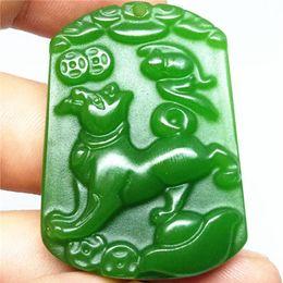 Piedras verdes chinas online-Collar colgante de jade verde natural Perro Amuleto chino del zodiaco Colgante afortunado Colección Adornos de verano piedra natural grabado a mano