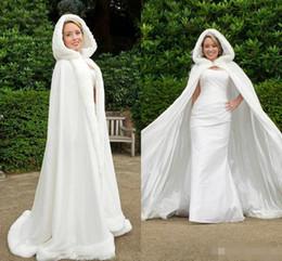 pelz geschnittene kapuzenjacke Rabatt Wunderschöne 2019 Winter weiß Elfenbein Hochzeit Mantel Cape mit Faux Pelz Trim Long Bridal Jacke mit Kapuze