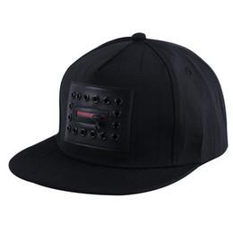 Mujeres al por mayor de los hombres de la marca snapback cap diseño  personalizado logotipo de metal de hip hop de lujo gorra de béisbol niño  niña deportes ... 9296676b5c7