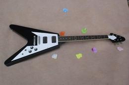 белая гитара v Скидка Горячие продажа завод пользовательские 22 Лады летающие V черный электрогитара с белым накладку,НН пикапы,могут быть настроены как запрос