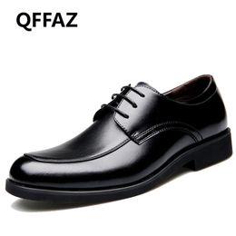 ebc0aa4d19 QFFAZ 2018 Alta Calidad de Cuero Genuino de Los Hombres Oxfords Punta  Redonda Plataforma de Cordones Vestido de Diseñador Británico Pisos de Boda  Zapatos