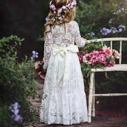 Abito da sposa grils online-Vestito da principessa floreale in pizzo con fiocco principessa bambina bambino 2018 New Baby Grils Abito da cerimonia nuziale con strascico bianco per le feste di moda