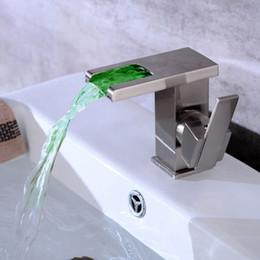 Водолазные щетки онлайн-Матовый водопад ванной светодиодный кран горячей холодной европейской американской ретро Creativ со светом светящиеся над счетчик бассейна светодиодный кран