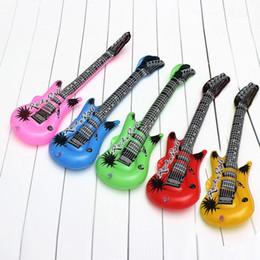 Guitarras inflables de fiesta online-JIMITU Divertido Color Aleatorio Hinchables Rollos Juguetes de Guitarra Fancy Blow Up Kids Holiday Party Inflable Banda de Rock Juguetes