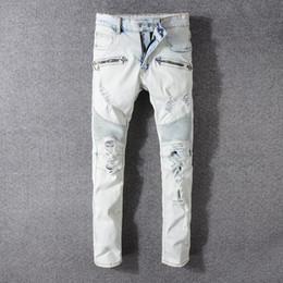 Balmain Moda Uomo Bianco Skinny strappato Biker Jeans Distressed Moto Pantaloni  Denim Drapped Elastico Pantaloni lunghi Pantaloni da uomo Streetwear f336fc1e898