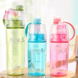 Enfriador de agua para pc online-Novedad Taza de Fondo Plano Creativo Deportes Plástico Spray Botella de Agua de Alta Calidad Acampar Al Aire Libre Enfriamiento de Agua Potable 9xt2 Y