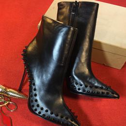 Botas con punta online-Diseñador de mujer Boot Red Bottom High Heels Remaches con tachuelas Zapatos Sexy Spikes Boots Mujeres tacones altos negros Botines 11cm Zapatos de invierno w1