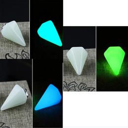 Awl Glow in the Dark Luminous Fluorescent Endant Collana Natural Crystal Stone Leather / Catena in acciaio inossidabile cheap glow dark crystal stones da brillano pietre di cristallo scuro fornitori