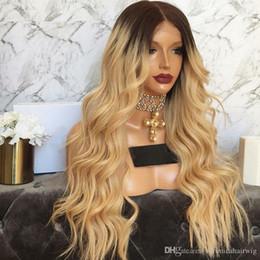 Peluca oscura enraizada rizada online-24 pulgadas pelucas rizadas rubias de la onda con las raíces oscuras Ombre peluca delantera del cordón del cordón con el pelo del bebé pelucas sintéticas a prueba de calor para las mujeres negras