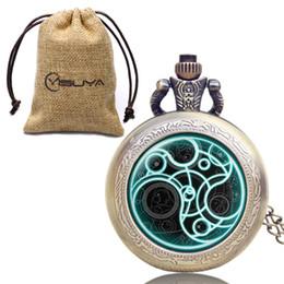 viejos relojes de cuarzo Rebajas Bronce Antiguo Collar de Moda Reloj de Bolsillo Doc. Who Theme Relojes de bolsillo de cuarzo Regalos especiales para hombres, mujeres con bolsa de almacenamiento de lino