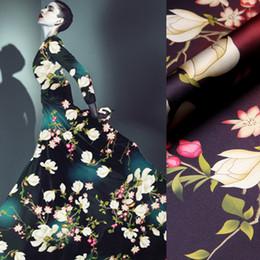 Impressões do tecido da orquídea on-line-118cm Largo 19MM 93% de seda de 7% Spandex Orchid impressão verde escuro Red Estique Silk Satin Fabric para o verão roupa Cheongsam D918