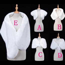 chaleco nupcial de la boda blanca Rebajas Solo $ 6.99 Abrigos de novia baratos Bolero de piel sintética para la fiesta de la tarde de la boda Prom Chaqueta de la chaqueta de invierno Blanco chal de la piel de la boda CPA1272