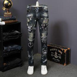 strappati uomini jeans patch Sconti Hip Hop Patch Uomo Retro Jeans Ginocchio Rap Foro Ricamo Biker Jeans Uomo Allentato Slim Distrutto Strappato Denim Man Pant