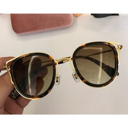e720743573 Gafas de sol de diseñador para hombre y mujer. Importaciones italianas de  gafas de sol de lujo con combinación de metal y placa ultraligera. 2018.