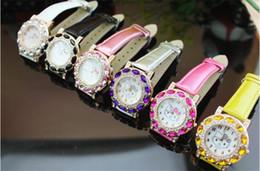 Olá presente do relógio da vaquinha on-line-Relógio de pulso incrustado de diamantes de uma mulher elegante apresenta um fofo Hello Kitty como um relógio de presente para os outros