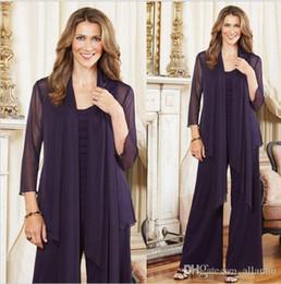 Chiffon viola del rivestimento della madre di cerimonia nuziale online-2018 Elegant Purple Plus Size madre della sposa pantaloni adatta con giacca donna manica lunga in chiffon madre abito formale per le nozze