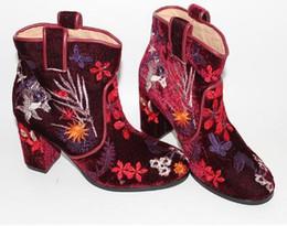 2018 bordado de terciopelo mujeres botines occidental punta redonda tacón grueso retro vestido de fiesta zapatos mujer moda Bottes Femmes desde fabricantes