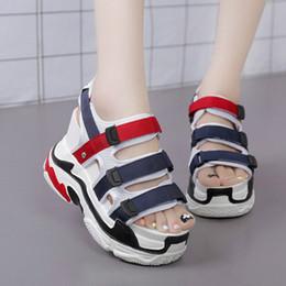 Sandali ad altezza crescente online-Estate Donna Tacco alto Sandali con zeppa Altezza crescente Peep Toe Tacchi alti Ganci Loop Lace Up Casual Scarpe da donna 11cm Tacchi