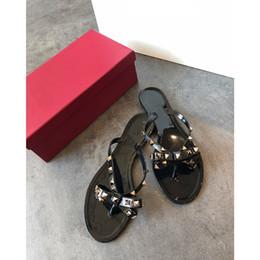 zapatillas de lazo rosa Rebajas Nuevas mujeres del verano Chancletas Sandalias planas Arco remache Moda Pvc Crystal Beach Shoes