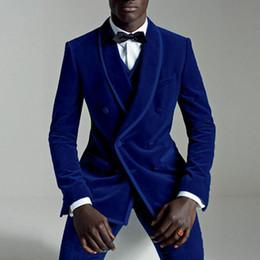 Royal Blue Velvet Fiesta de Noche Trajes de los hombres Doble Pecho Chaqueta de Solapa de Tres piezas de Boda Tuxedos 2018 Últimos Diseños Pantalón Escudo desde fabricantes