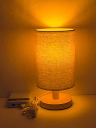 Einfacher schreibtischtisch online-USB-Stil Stoff Lampenschirm Holzsockel Einfache Nachtlichter Lampe Modernes Design Tragbar Vielseitig Langlebig Tischlampe Schreibtisch Leseleuchten Lampe