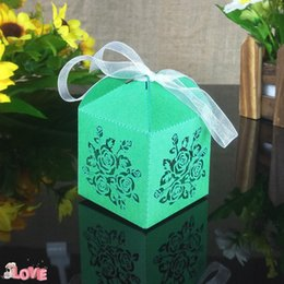 2020 disegni di fiori di taglio di carta 30pcs laser cut flower design wedding candy box Natale candy box perla carta nastro decorazione del partito regalo 5ZT05 sconti disegni di fiori di taglio di carta