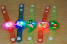 Ragazzi orologi leggeri online-LED Watch Toy Boys Girls Flash Cinturino da polso Glow Braccialetti luminosi Cartoon LED Night Light Decorazione per feste di Natale