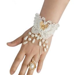 Tensión de la pulsera online-Vintage Lace Butterfly Bracelet 2018 Nueva Corte de Europa Occidental Viento Perlas de Imitación Nupcial Pulseras de Boda Anillo Set Mujeres Joyería Del Partido