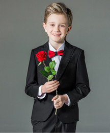 cerimonia nuziale della camicia blu del vestito nero Sconti One Button Boy Tuxedos Peak Risvolto completo da bambino Royal Blue / Red / Black Kid Wedding / Abiti da ballo (giacca + gilet + pantaloni + cravatta + camicia) NH1