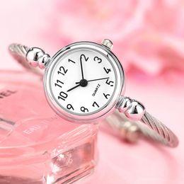 2019 assista pequenas mulheres de pulso Simples Relógio de Prata Mulheres Elegante Pequeno Mostrador do Relógio Pulseira Para A Mulher 2018 Moda Feminina Relógio Retro Senhoras Relógios de Pulso Presente assista pequenas mulheres de pulso barato
