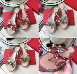 Sandalias de lazo de las mujeres online-Chanclas 2018 verano Nuevo estilo fashio Europa Estados Unidos diseñador de la marca remaches arco sandalias zapatos mujer sandalias de alta calidad