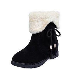2018 botas de neve de inverno novas botas curtas femininas fundo plano além de veludo grosso curto quente dois desgaste sapatos de algodão das mulheres cheap women wearing flat boots de Fornecedores de mulheres usando botas planas