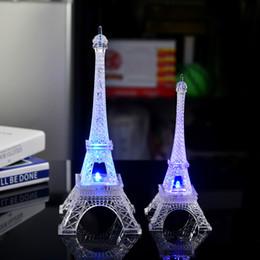 Tour Eiffel rougeoyante colorée lumière de nuit LED flash lentement flash acrylique petits ornements jouets cadeaux en gros ? partir de fabricateur
