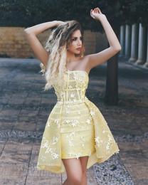 2019 sexy vestidos cortos sin tirantes Daffodil 2018 nuevos vestidos de coctel cortos sin mangas de encaje sin tirantes Mini vestidos de fiesta apliques de encaje vestidos de graduación del regreso al hogar sexy vestidos cortos sin tirantes baratos