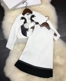 2 unidades Baby Girls set 2018 bordado de primavera cygnus suit Niños marca de lujo blanco Princess Dress coat + chaleco vestido Niños Ropa desde fabricantes
