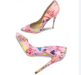 Pink graffiti Patent letter pumps 10cm Dress Scarpe da sposa marca Unique Designer Pointed toe Slip on Saint T Show Ladies Pompe Taglia 42 da