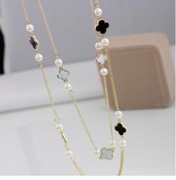 Collar de perlas para mujer de colores. online-Nuevo lujo de colores colgante de perlas nuevas perlas de cuatro hojas de tréboles Collar de cadena doble de las mujeres suéter simple cadena de gargantilla