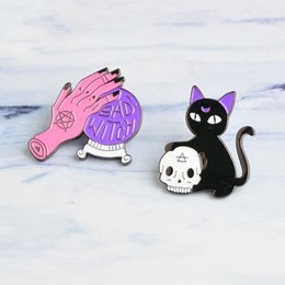 2019 hexenkristalle Hexe Pin Crystal Ball Hexe Hände schwarze Katze Schädel Kopf Pin 2 Arten Harter Emaille Pin Halloween Schmuck rabatt hexenkristalle
