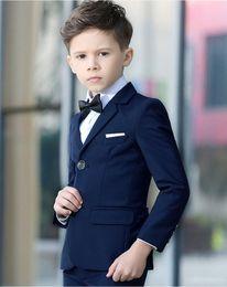 Trajes azul marino para niños online-Fashion Navy Blue Boy Ropa formal Notch Lapel Boy Kid Vestir Ropa para niños Trajes de tres piezas para niños para la boda (Chaqueta + Pantalones + Camisas)