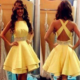 2019 vestidos de cinta amarilla Vestidos de fiesta sexy amarillo corto 2018 niñas vestido de cóctel de cinta con cuentas de raso Criss Cross baratos vestidos de graduación junior vestidos de cinta amarilla baratos