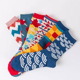 ae9177683a8a3 Chaussettes en coton peigné respirant chaussettes de coton de style  britannique hommes chaussettes de couple heureux motif géométrique coloré  chaussette ...